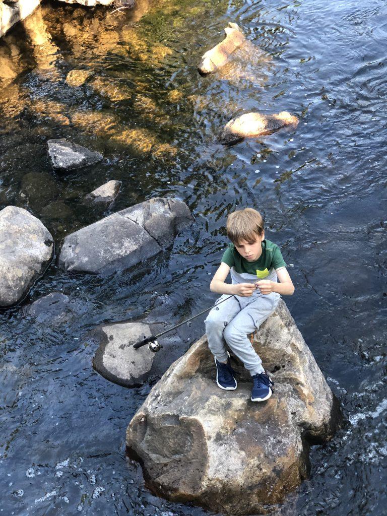 Elliot à la pêche à la truite